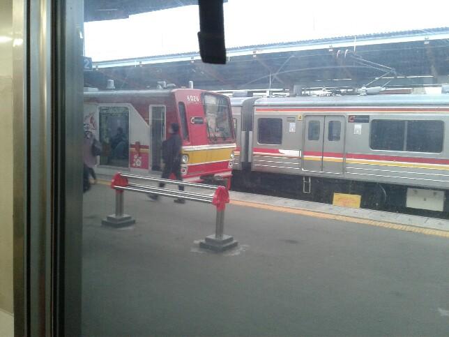 Menulis tentang commuter line di atas commuter line