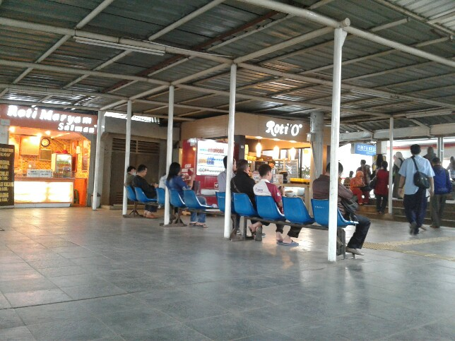 Kursi di stasiun cilebut