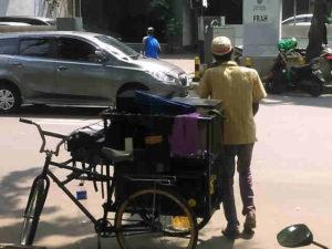 Pengamen Mobile di Jalan Wahid Hasyim, Jakarta