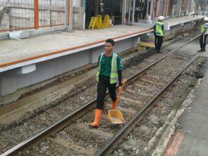 Kebersihan Jalur Kereta Juga Dibersihkan Lo