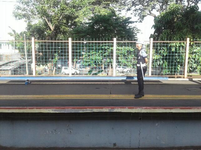 Tempat duduk di stasiun lenteng agung
