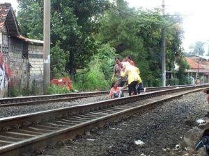 Tips Menyeberang Rel Kereta