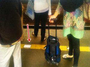 Mengapa sebaiknya kita tidak berdiri melewati garis pembatas berwarna kuning saat menunggu kereta di stasiun