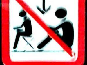 Kalau Melihat Tanda ini, Berarti Anda Dilarang Duduk …. Di Lantai Commuter Line