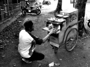 Ternyata, Masih Ada Yang Menggunakan Kayu Bakar Untuk Memasak di Indonesia