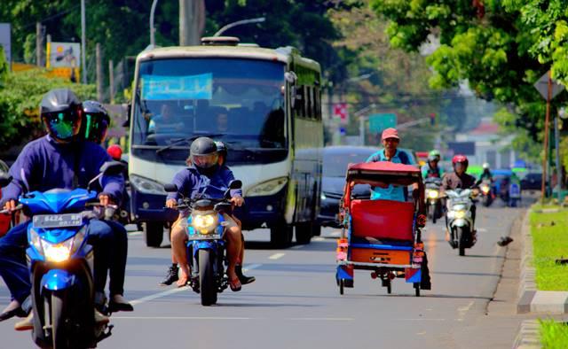 Ketika Becak Melintas Dengan Santai Di Jalan Sudirman Bogor