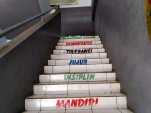 Kata-Kata Motivasi Di Tangga Sekolah