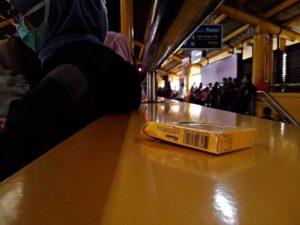 Kotak Bekas Permen di Tembok Stasiun – Masih Banyak Masyarakat Yang Tidak Sadar Kebersihan