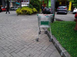 [Seharusnya] Para Pengguna Trolley Belanja Meletakkan Trolley di Tempat Yang Seharusnya Setelah Memakai