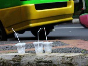 Gelas Plastik di Atas Trotoar Mencerminkan Masyarakat Indonesia Masih Kurang Sadar Lingkungan