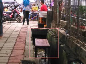 Bangku di Selokan, Bukti Kucing-Kucingan PKL dan Satpol PP