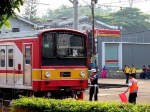Bukan Cuma Mobil Yang Butuh Tukang Parkir, Commuter Line Juga Lo