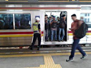 Penumpang Commuter Line Selalu Dikalahkan Oleh Penumpang Kereta Komersial