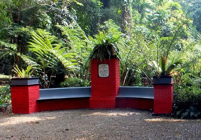 Tugu/Tugu/Monumen Peringatan JJ Smith - Kerap Dijadikan Tempat Duduk