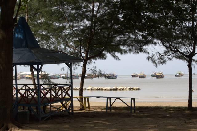Menikmati Suasana Pantai Kartini Rembang