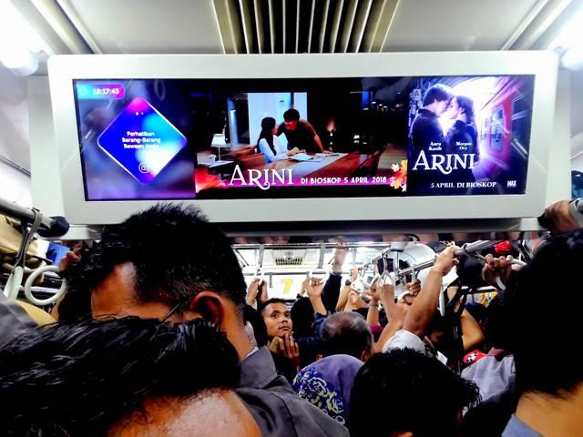 Saat Commuter Line Penuh Sesak, Simpan Smartphone Anda !