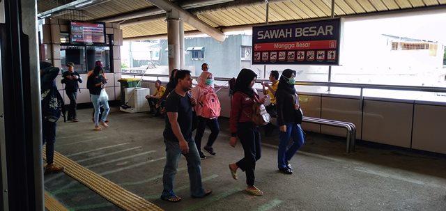 Warna stasiun commuter line sawah besar pink