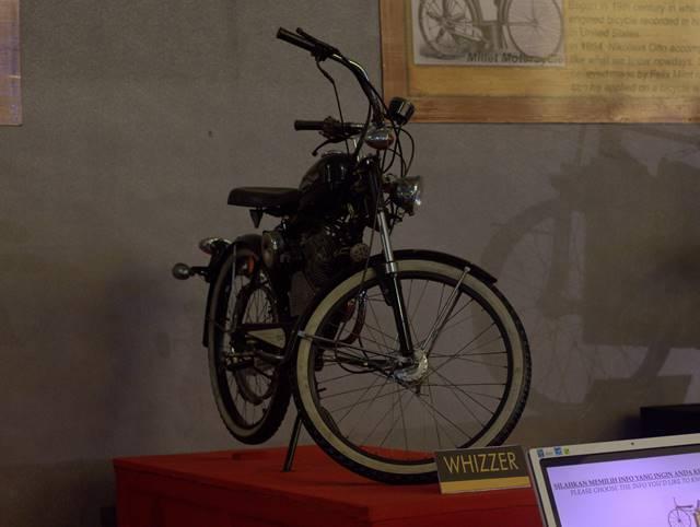 Whizzer : Sepeda Bermesin Pengantar Pekerja
