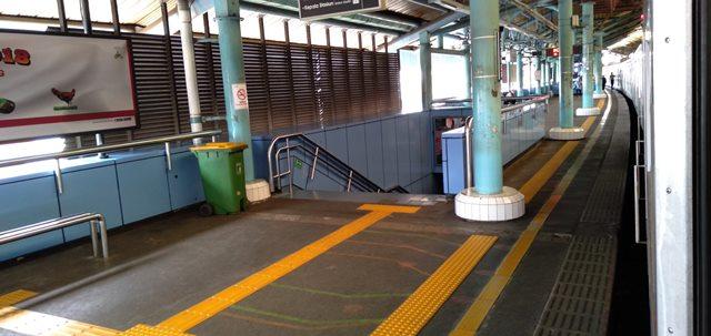 warna stasiun commuter line juanda biru
