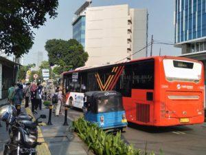 Kata Siapa Kondektur Bus Harus Dekil, Lusuh Dan Kumuh, Kondektur METROTRANS Keren Berbaju Batik