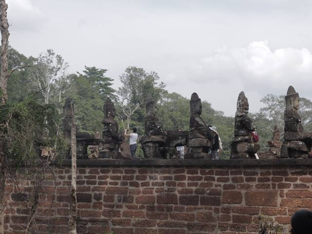 Deretan Arca Penjaga di Jembatan Menuju Gerbang Masuk Angkor Wat