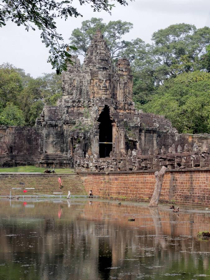 Pintu Masuk Barat Angkor Wat Dari Sisi Danau