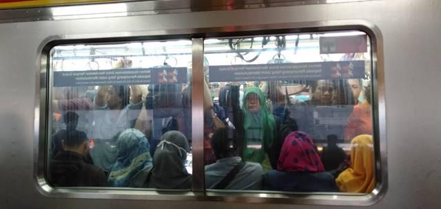 Tingkah Laku Menyebalkan Penumpang DDi Commuter Line