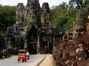 [FOTO] Aksi Tuk Tuk Di Jalanan Kamboja