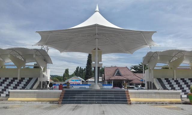 Payung Peneduh di Pelataran di Taman Kota Baturaja