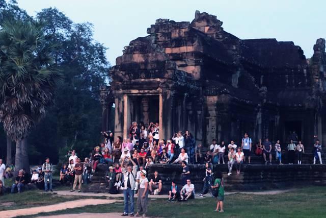 Para Penonton Matahari Terbit di Angkor Wat