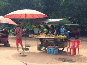 [Foto] Pedagang Buah Kaki Lima di Angkor Wat, Kamboja