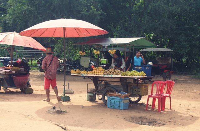 Pedagang Buah Kaki Lima Dekat Pintu Masuk Angkor Wat, Kamboja