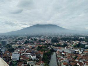 [Foto] Pemandangan Gunung Salak Berbalut Awan di Pagi Hari