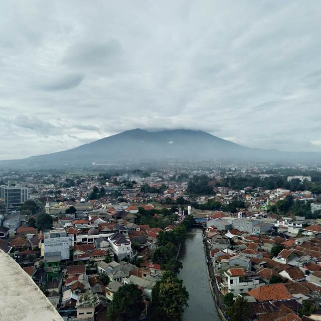 Pemandangan Gunung Salak Berbalut Awan Di Pagi Hari 3