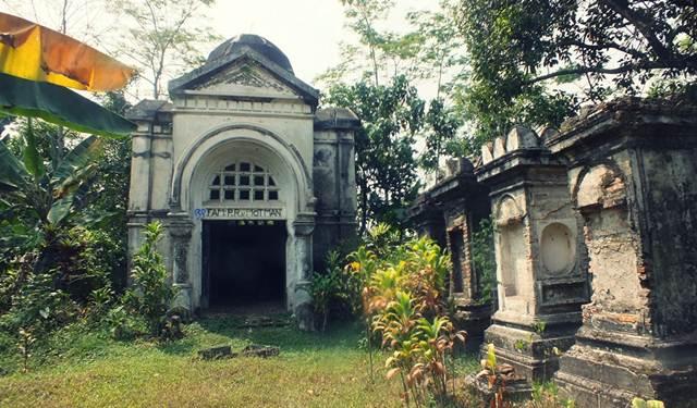 Reruntuhan Mausoleum Van Motman Tuan Tanah Bogor 4